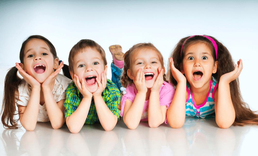 tres niños abriendo la boca
