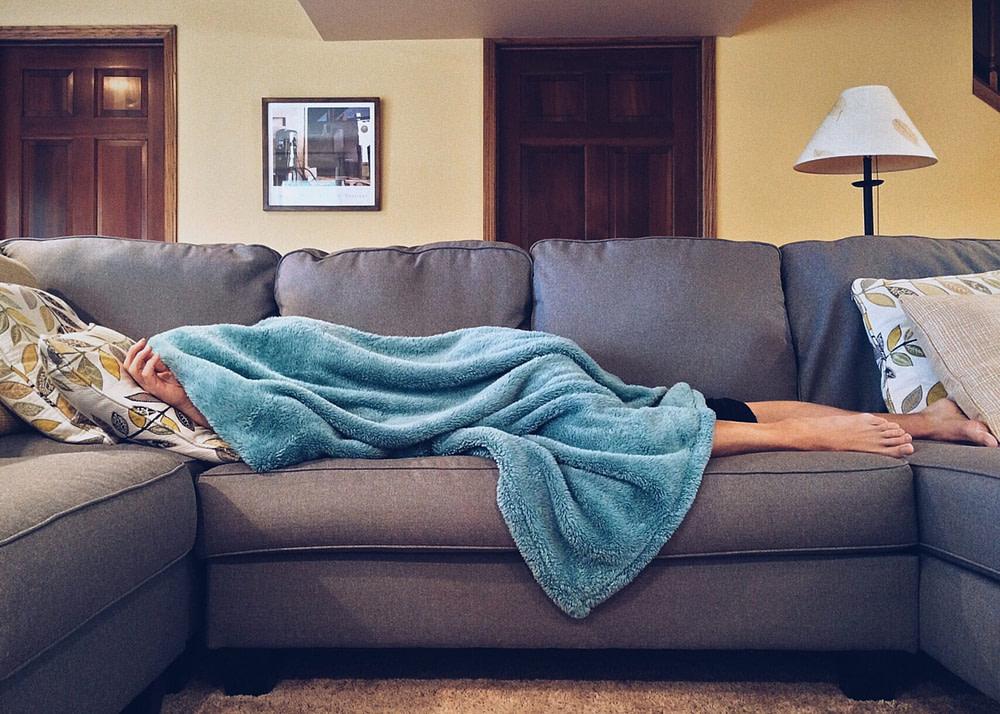 persona tumbada enferma