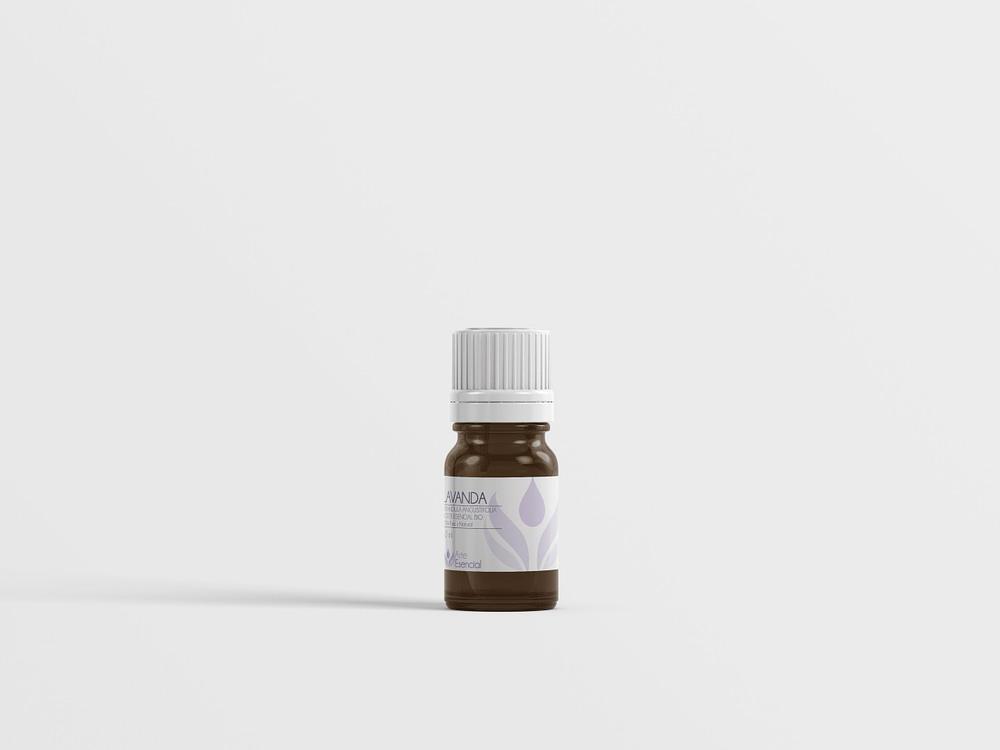 un bote de aceite esencial con fondo blanco